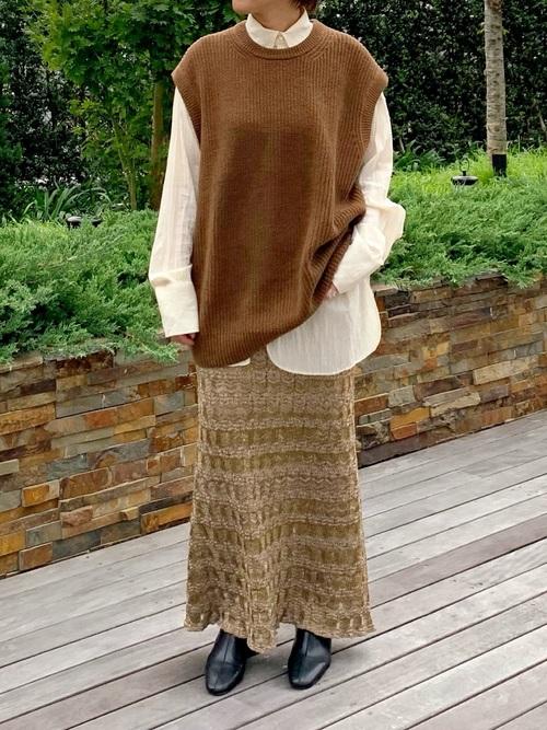 茶色ベスト×レーススカートの40代コーデ