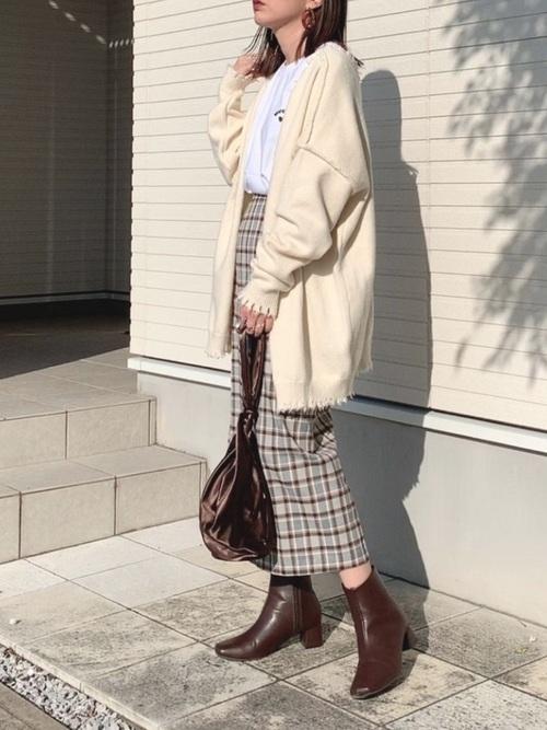 ダメージ白カーディガン×タイトスカート