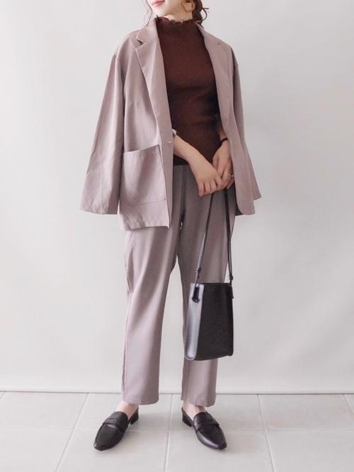 茶色トップス×パンツスーツ