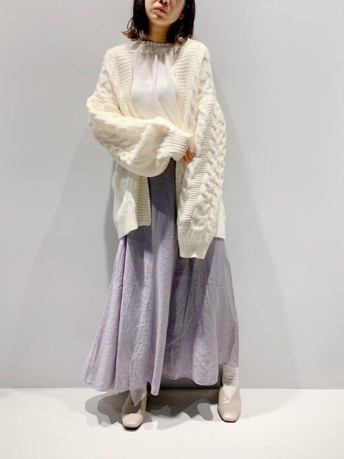 紫スカート×ベージュパンプスの冬コーデ