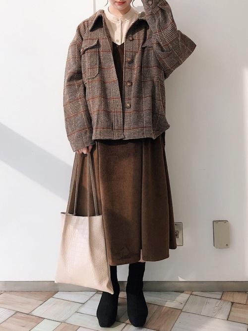 茶ベロアワンピース×シャツジャケットコーデ