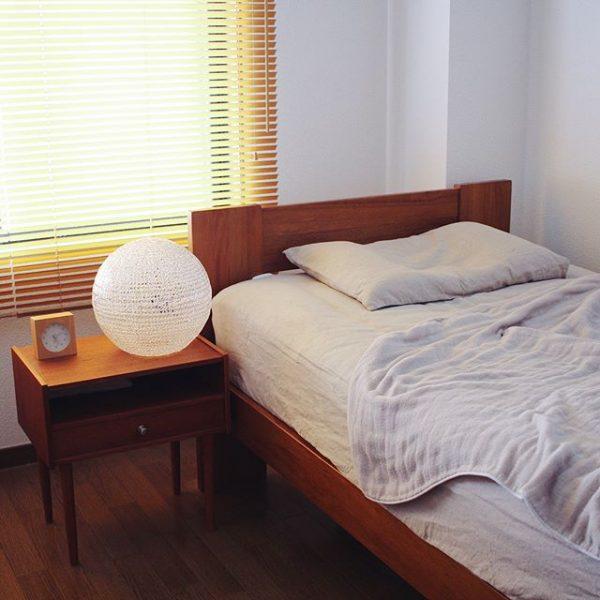 間接照明と一緒にベッドを配置する
