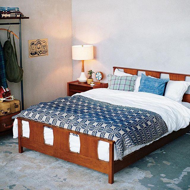 普通の高さのベッドを配置したインテリア実例