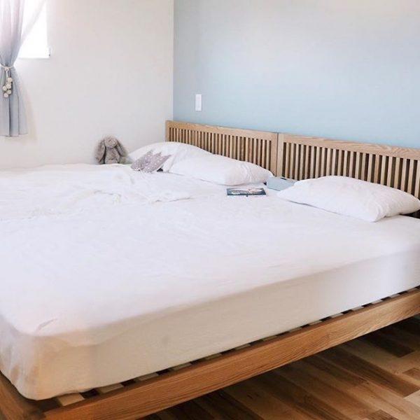 2つのベッドを壁にくっつけて配置する