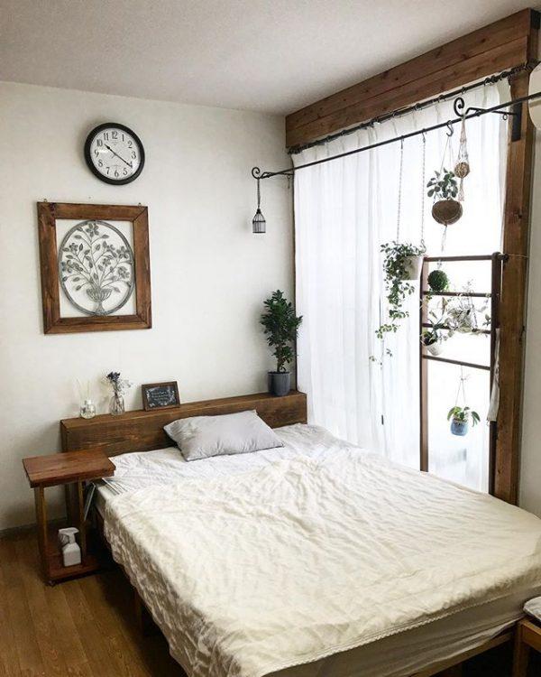 窓に対して平行にベッドを配置する