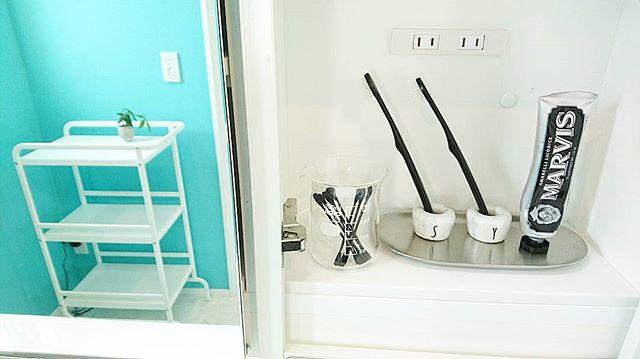 さわやかな洗面所を彩る青色の壁