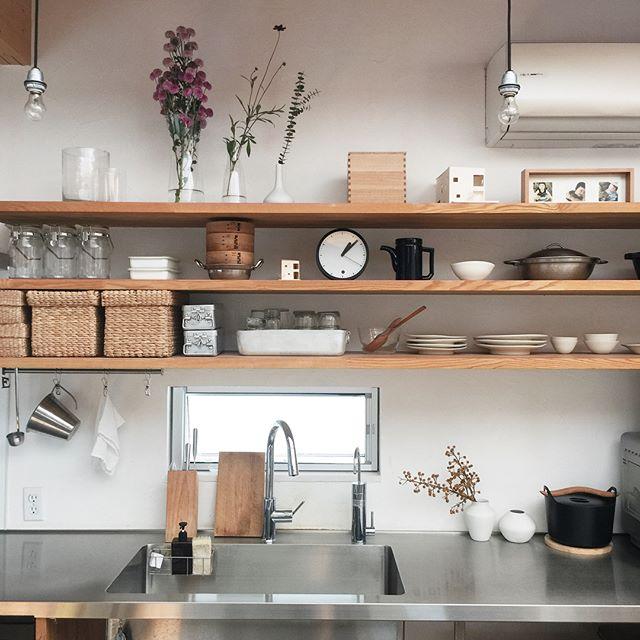 キッチンの棚上は実用的に