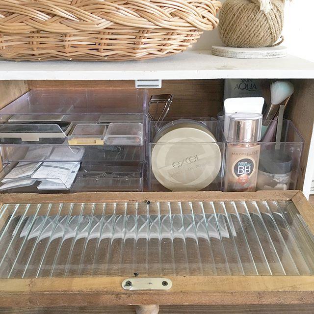 収納棚におさまるダイソーメイクボックス