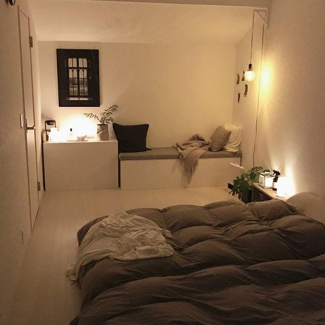 ベッド足側に入り口があるインテリアの配置実例