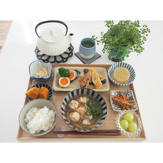 お盆を活用した和食のテーブルセッティング