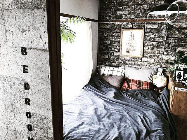窓際にベッドを置くインテリア配置実例