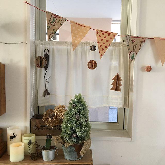 窓を飾り付ける折り紙のクリスマス