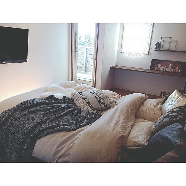 ベッド前に壁掛けテレビを配置したインテリア実例