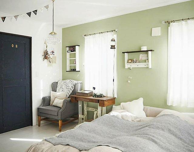 グリーンがさわやかな寝室を演出する壁色