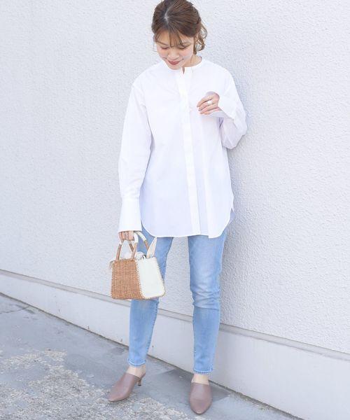 白シャツ×水色スキニーデニムパンツコーデ