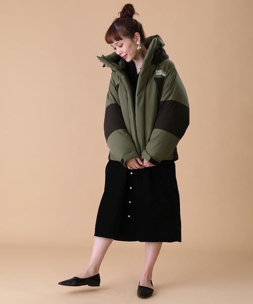 グリーンダウン×黒タイトスカートの冬コーデ