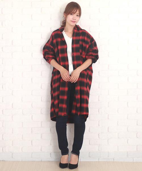 黒スキニー×赤チェックシャツの春コーデ