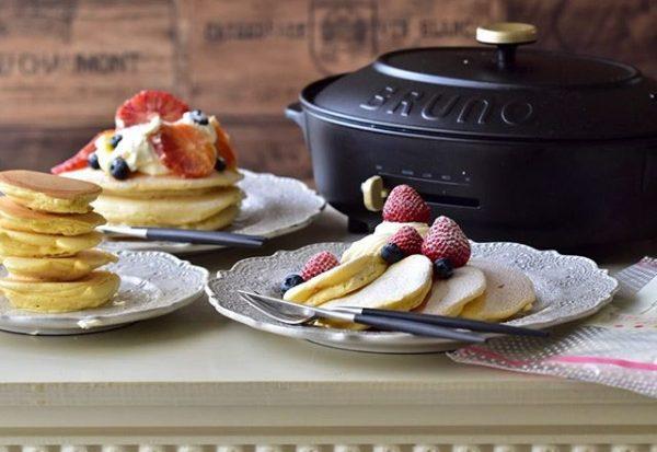 フルーツやヨーグルトたっぷりなホットケーキ