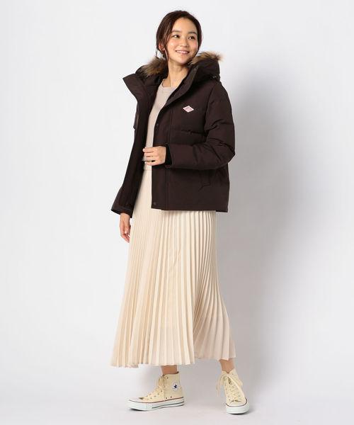 茶色ダウン×白プリーツスカートの冬コーデ