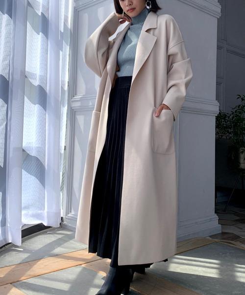 透明感のあるロングコートの服装