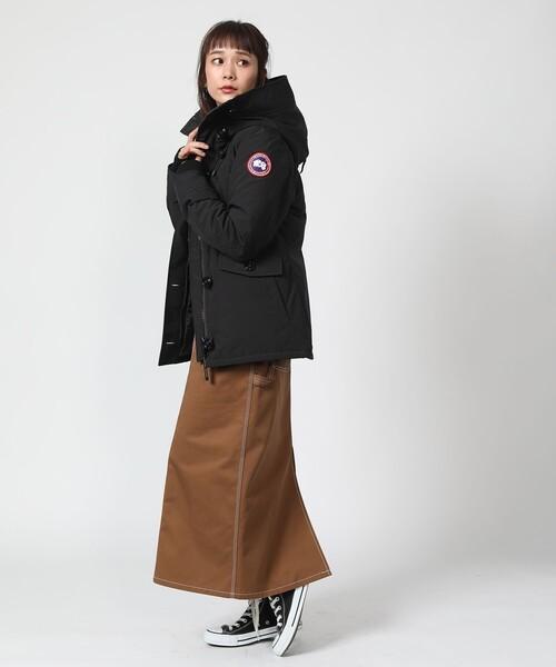黒ダウン×茶ロングタイトスカートの冬コーデ