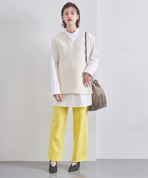 ボブヘアに似合うカラーパンツを使った服装
