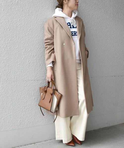 白パンツ×パーカーで冬旅行の服装