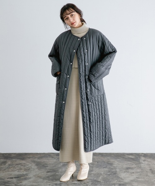 グレーロング丈ダウン×白スカートの冬コーデ