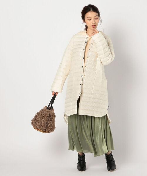 白ロング丈ダウン×グリーンスカートの冬コーデ