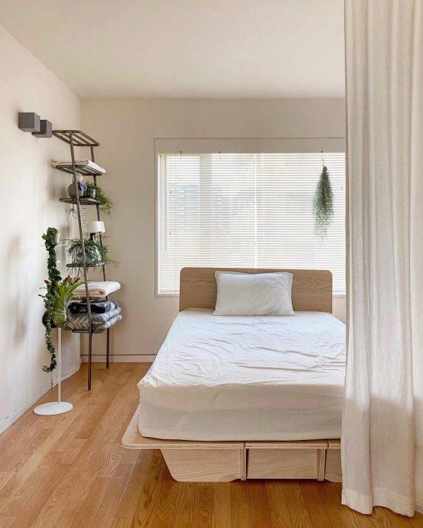 センスの良いインテリアと調和したベッド周り