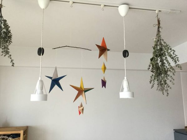 手作り星型モービルで誕生日の飾り付け