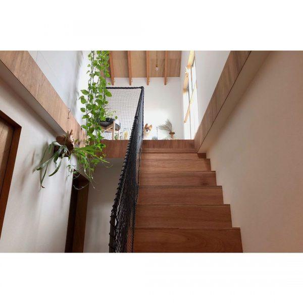 ウッド×ホワイトの明るい階段スペース