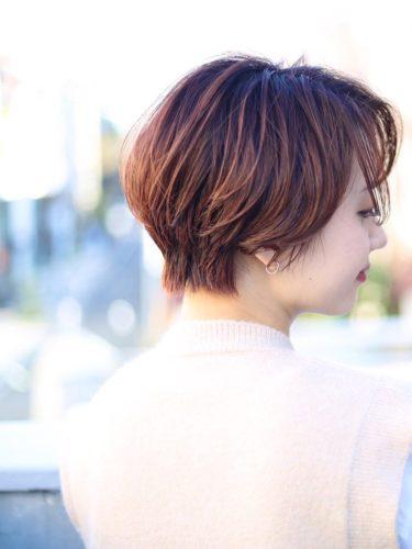 赤みを入れた前髪なしハンサムショート