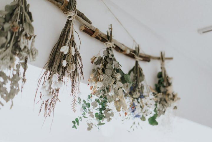 スワッグは、花や葉などの植物を束ねて、壁にかける飾りのこと。