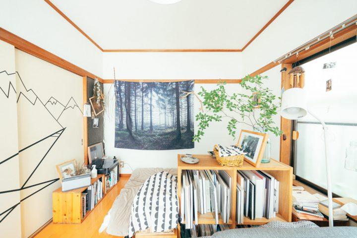 木の本棚をいろんなところに配置