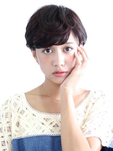 離れ目の女性に似合う髪型:パーマ