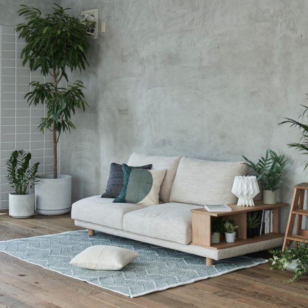 省スペースでレイアウトできる棚付きのソファ