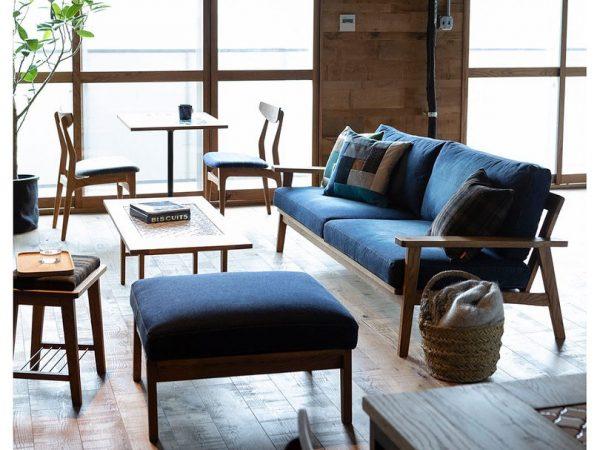 抜け感のあるベンチタイプのソファ