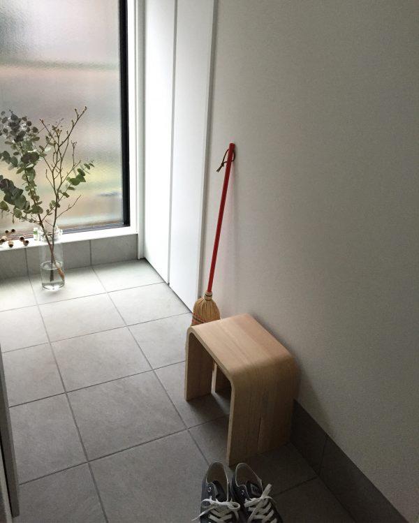 檜の椅子が玄関インテリアのアクセントに