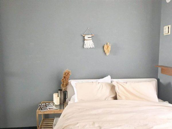 グレーの壁がスタイリッシュな寝室インテリア