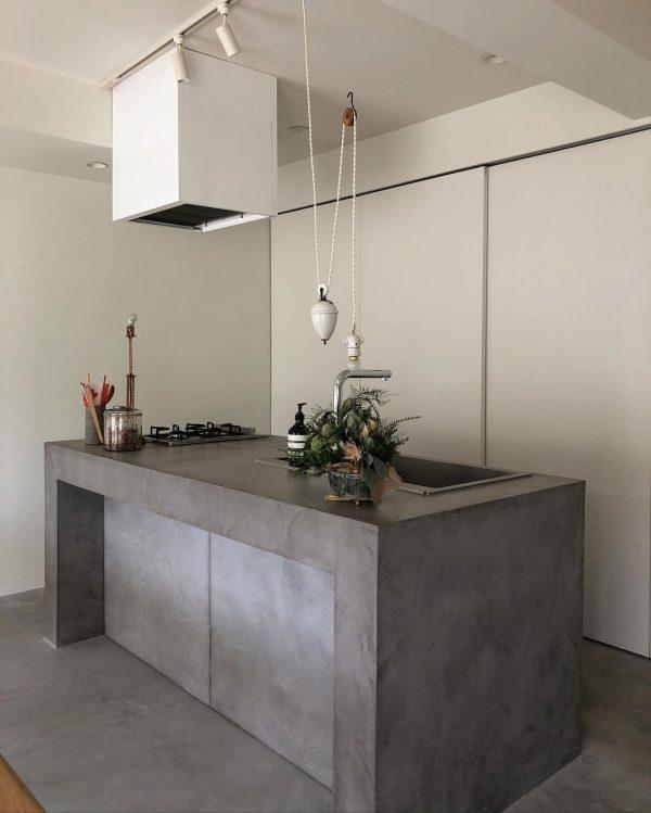 モルタルが珍しいキッチン