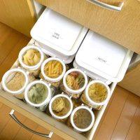 今すぐ真似したいアイデアが沢山!キッチンのストック保管方法をご紹介