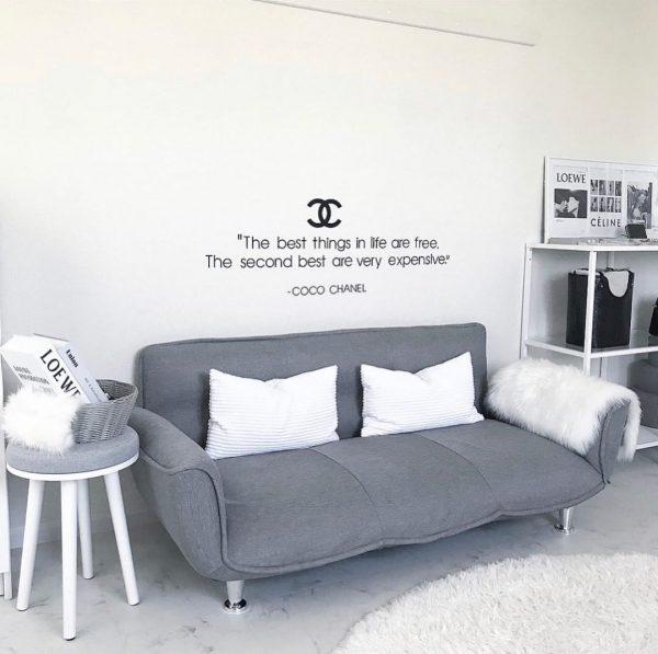グレーのシンプルなソファをコーディネート