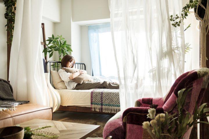 窓際にベッドを配置するお部屋のレイアウト