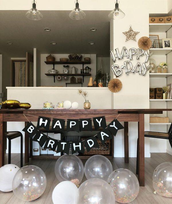 インテリアに調和する誕生日の飾り付け