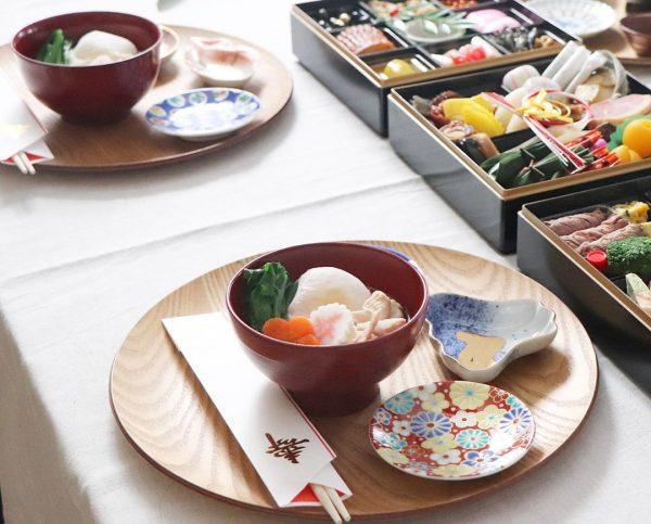 小皿とお盆を使ったテーブルコーディネート
