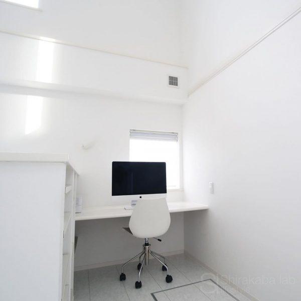 落ち着いた作業スペースを生み出すデスク