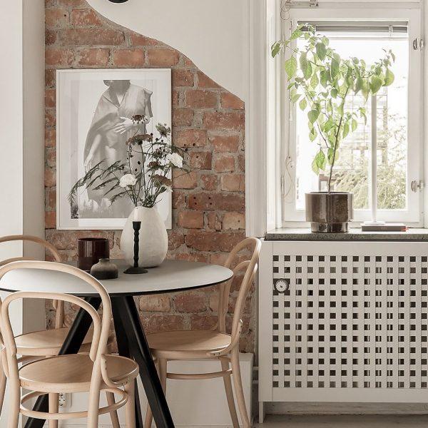 レンガ壁×モノクロ写真のモダンインテリア