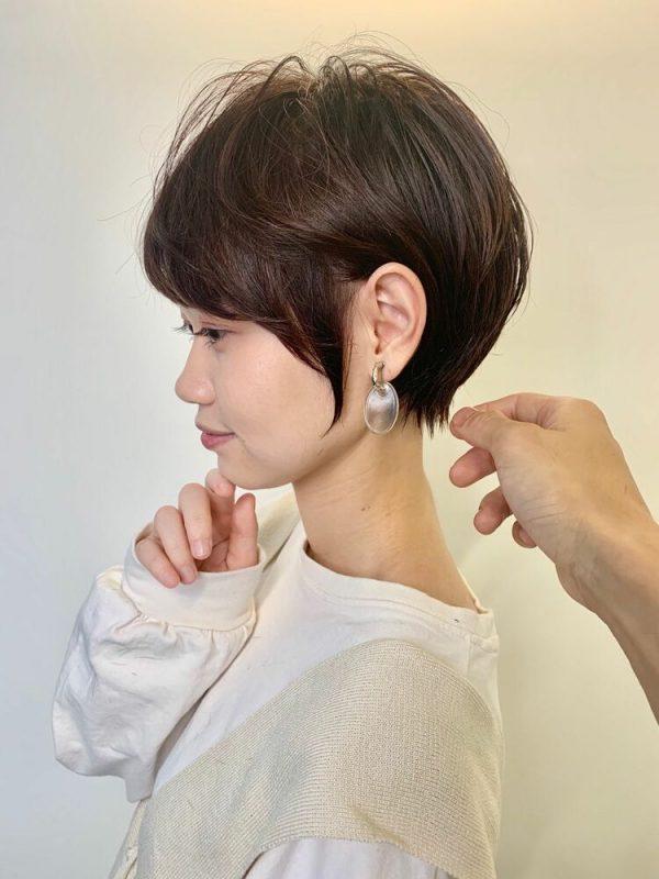顔回りの毛が印象的なショートヘア
