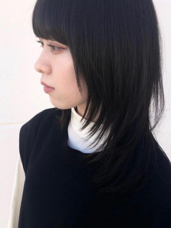 ぱっつん前髪のストレートミディアムウルフ